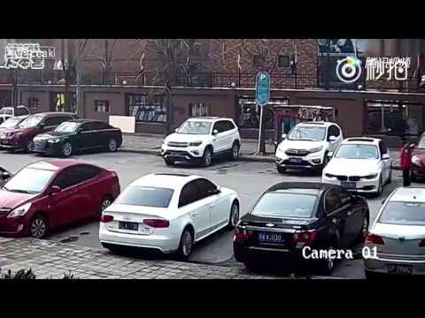 やっとの思いで駐車した女性、気が緩んだのかロケットスタート!
