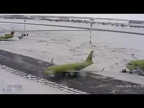 凍結した滑走路で飛行機がスピン、さすがロシア!
