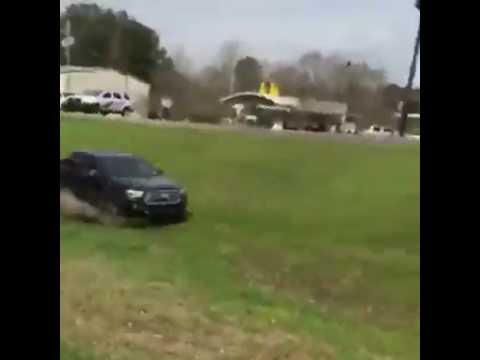 乗用車が暴走して大ジャンプ!