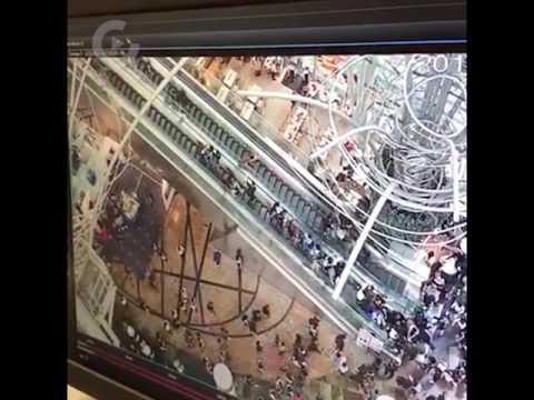 香港のエスカレーターがブチ壊れて逆走し始める