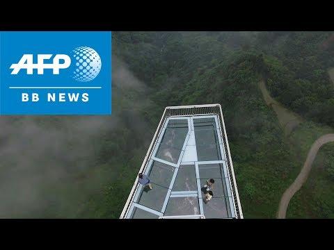 峡谷に設置されたガラス展望橋がヤバい(中国)