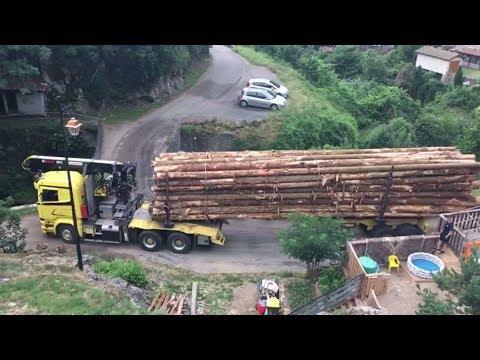木材満載のトレーラー、狭い橋を躊躇なく渡る