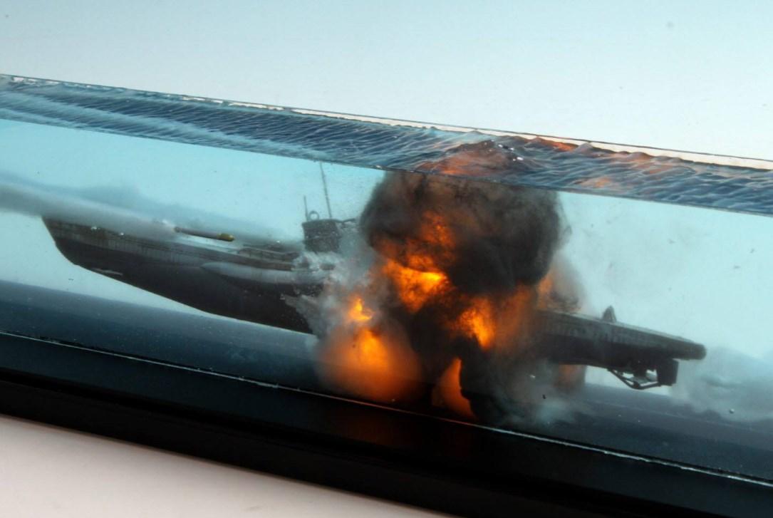 撃沈されるUボートのジオラマの完成度がハンパない件