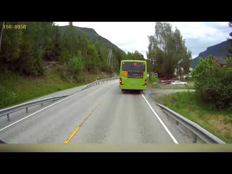 停車しているバスには気をつけよう・・・って動画