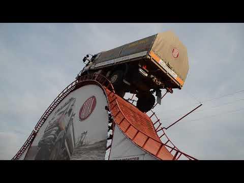チェコのトラック、斜度55度を登り切る!