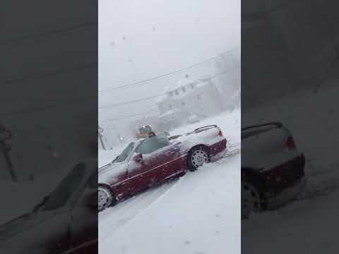 大雪の日にオープンカーに乗っている勇者