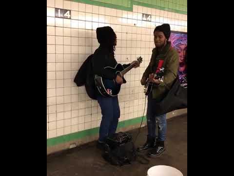 地下鉄の駅でジョンとポールが歌ってる!