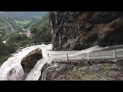 危険すぎるネパールの峠、滝が道路を飲み込む