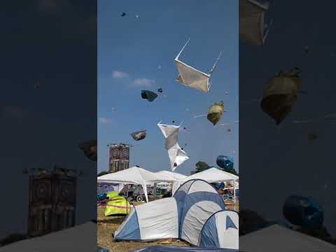 たくさんのテントが突風で飛ばされて ちょっとした芸術作品へ