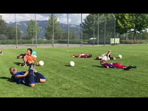 サッカー少年たち、必殺技・ネイマールを練習中