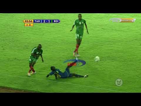 ブラジルのサッカー選手、抜かれまいとローリングソバットをお見舞いする