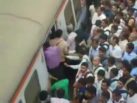 通勤列車でいち早く乗るためのテクを社内からスローで(インド)