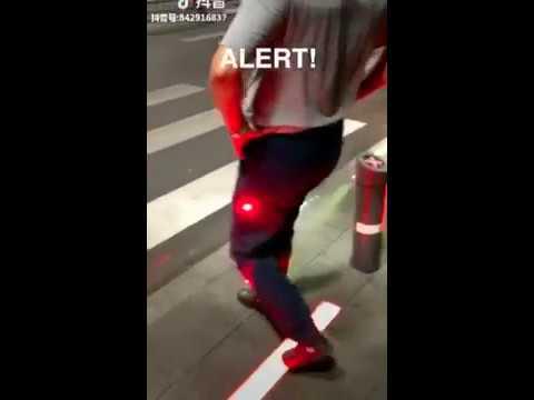 歩行者の赤信号無視対策にスモークとレーザー