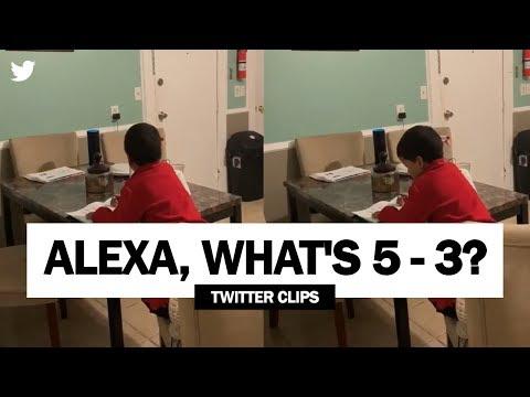 Alexaに宿題を手伝ってもらう少年