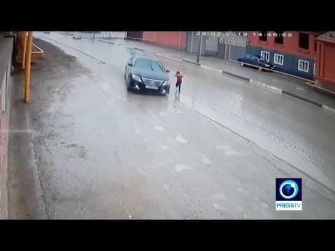 周りの車を気にせず道路を横断、少年の運命は・・・