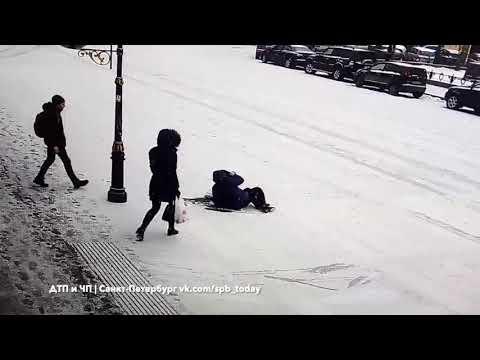 凍った路面でこけた人を助けよう