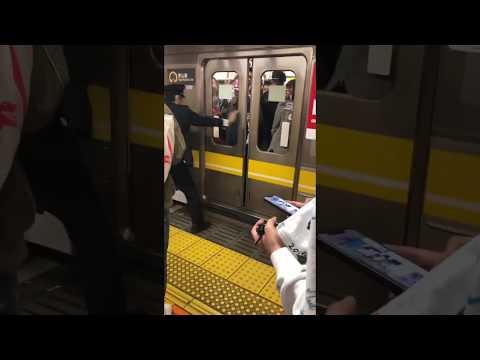 電車のドアが閉まるのを妨害してるジジイがヤバイwww