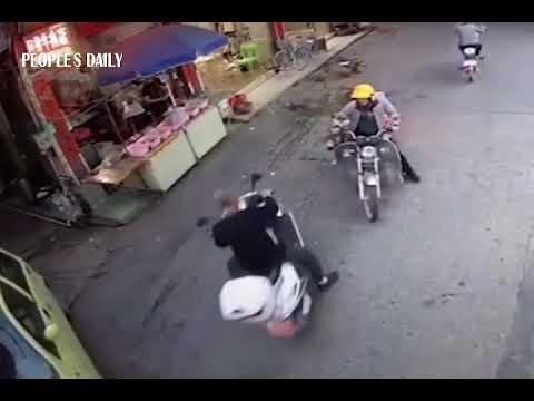 お爺ちゃん、スクーターで衝突・・・