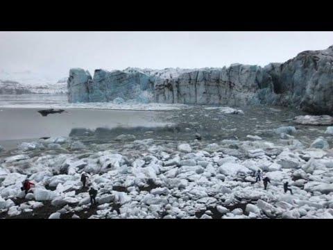氷河崩落で慌てて逃げる人々