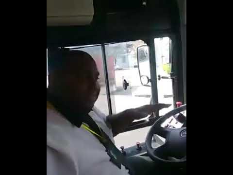 バスの運転手、自撮りに夢中