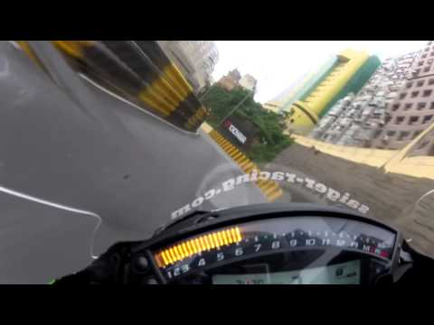 ロシアではプロペラ式の自動車が普通に道を走っている!?しかもかなり速いw