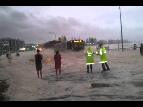 落雷で飛行機のエンジンから火が・・・機内からの映像と地上からの映像