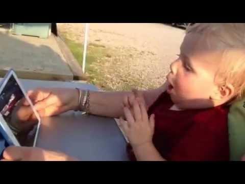 iPad miniを初めて触る赤ちゃんのリアクションw