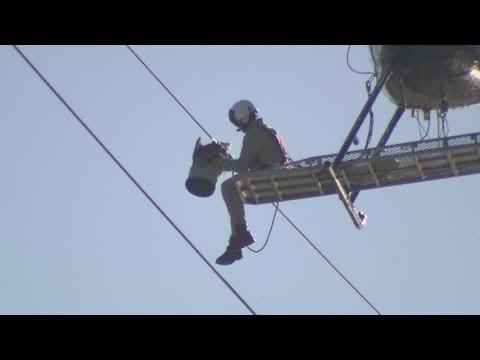 職人技過ぎる!! 電線に絡まったカモメをヘリで救出