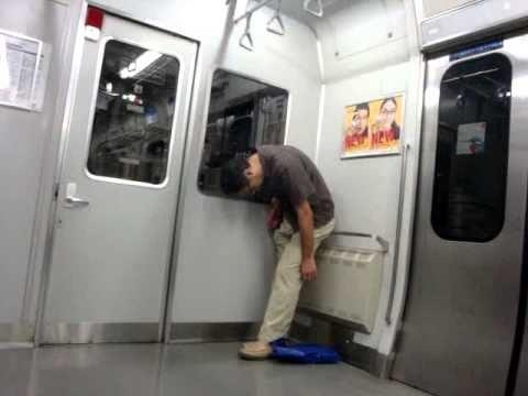 横須賀線で立ち寝するオッサン、海外から絶賛される