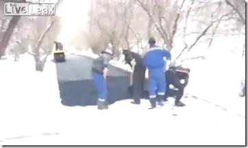 おそロシア!雪上アスファルト舗装という凄技を全世界に披露