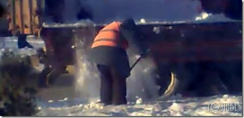 プーチン首相のために雪をまいて清めの儀式