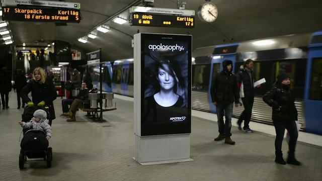 入線してくる電車と連動する広告がとても効果的