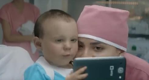 これがホントの「デジタル・ネイティブ」、インドの赤ちゃん。