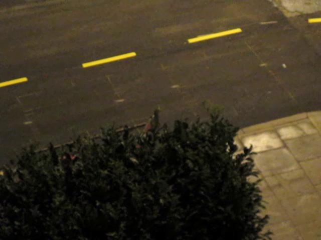ほとんどフリーハンドで道路ペイントする職人