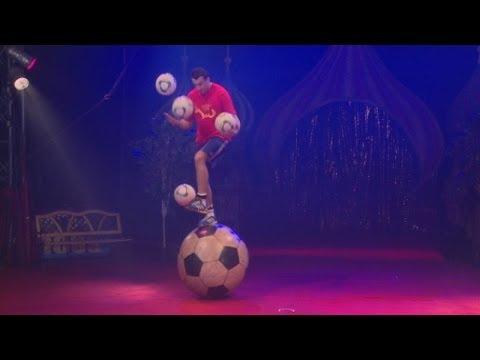 サッカーボールの上でリフティングし、さらにサッカーボールをジャグリングしちゃうロシア人