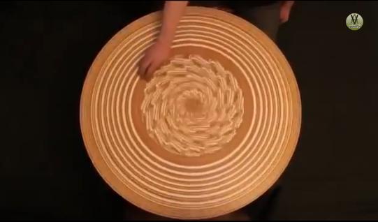 ロシア人の陶工が作り出すクルクル回すサンドアートの世界