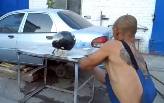 ロシア人「ヤマハ製と中国製のヘルメットを鉄パイプで殴ってみた」