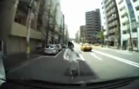 完全にチンピラ。正面から自転車で突っ込んできた、当たり屋の動画があまりにひどい