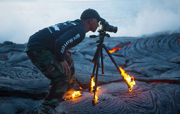 いい写真を撮るためならたとえ火の中 水の中!クレイジーなカメラマンたち