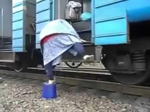 お年寄りにやさしくないロシアの電車、めげないお年寄り