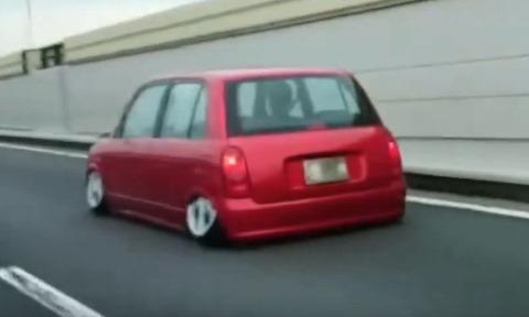 笑ったら負け。衝撃的な車高短カーの動画が投稿される。地面にめり込んでるwww