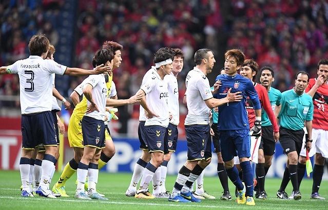 【サッカーやめちまえ!】韓国人選手の許されない行為に観客大ブーイング。観客がスマホで撮影