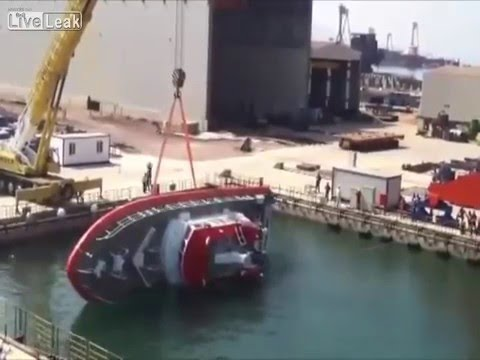 これ普通?とあるボートの進水式