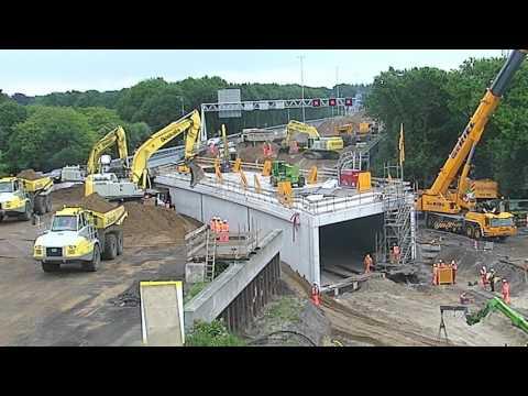 高速道路の下にトンネルを通す工事タイムラプス