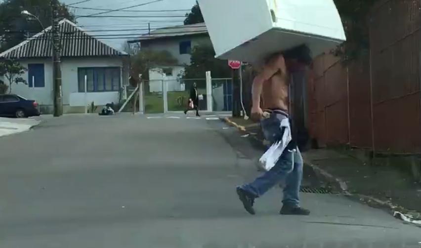 冷蔵庫を担いで颯爽と去る男がカッコイイ!
