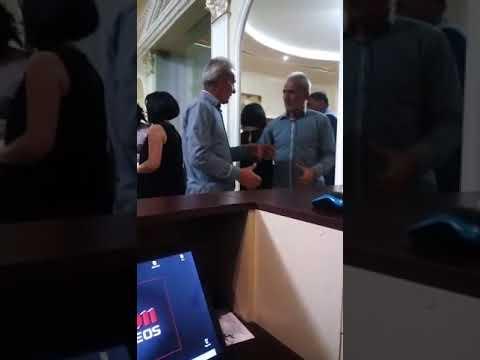 酔っ払いのおじいさん、鏡の中の自分に道を譲るw