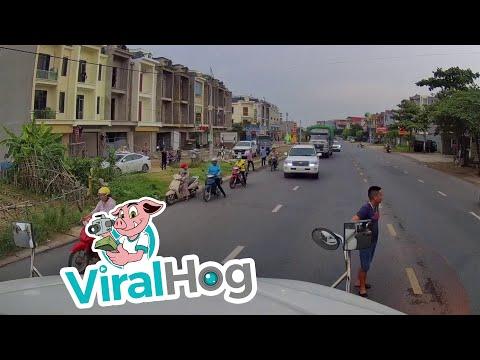 4車線道路をチャリで横断する子供