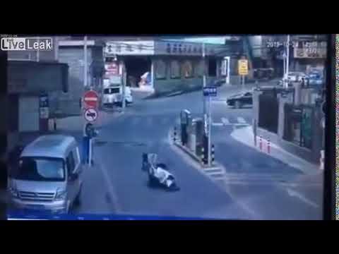 車に続きゲートバーを通ったライダーを襲う悲劇