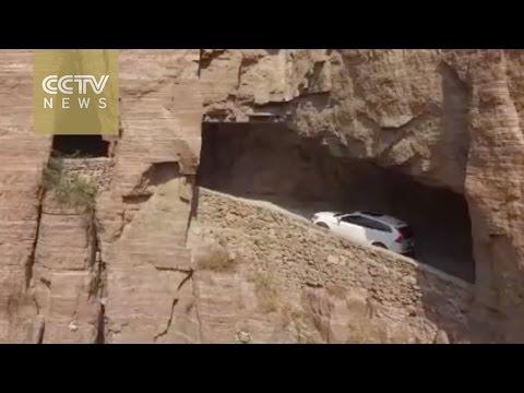 崖をくりぬいて作った道路が凄い!