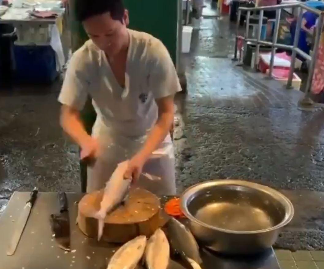 魚をくりぬく技を披露する職人